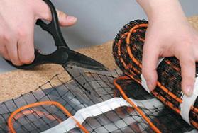 При обходе мест установки стационарного оборудования сетку мата перед укладкой разрезают ножницами