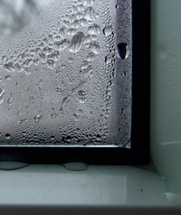Конденсат наокнах— один изпризнаков недостаточного воздухообмена впомещениях